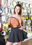 Junge Sportlerin, die im Rock in den Sport- Waren steht Lizenzfreies Stockfoto