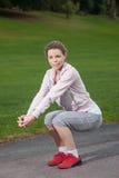 Junge sportliche Frau bildet Knieschlaufen Lizenzfreies Stockbild