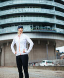 Junge sportliche Frau, die eine Pause nach dem Training im Freien macht stockfotografie