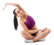Junge sportliche Frau, die gymnastische Übungen tut Stockfotos