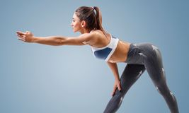 Junge sportliche Frau wärmt Neigungen auf stockbilder