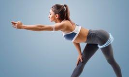 Junge sportliche Frau wärmt Neigungen auf lizenzfreies stockfoto