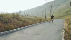 Junge sportliche Mannrollschuhlaufen auf Sommerpark stock footage