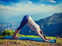 Junge sportliche Sitzfrau, die Yoga oudoors in den Bergen tut Lizenzfreie Stockfotografie