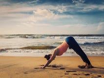 Junge sportliche Sitzfrau, die Yoga oudoors am tropischen Strand tut Lizenzfreie Stockfotografie
