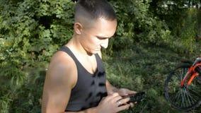 Junge Sportperson wählt das Telefon stock footage