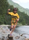 Junge springt Lizenzfreies Stockfoto