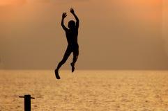 Junge springt von durchbohren Lizenzfreies Stockbild
