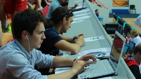Junge starker Journalist im blauen Hemd arbeitet am Laptop stock footage