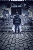 Junge steht mit Plastiktasche in den Händen Lizenzfreie Stockfotos