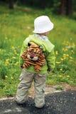 Junge steigt in den Wald allein ein Stockfotos