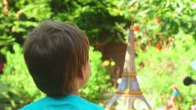 Junge stellt Papierflugzeug an stock video