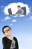 Junge stellt sich einen Geschäftsmann vor Lizenzfreie Stockfotografie