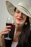 Junge stilvolle Dame, die roten trockenen Wein schmeckt Lizenzfreie Stockfotos