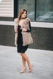 Junge stilvolle Frau, die auf die Straßen geht Lizenzfreie Stockbilder