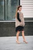 Junge stilvolle Frau, die auf die Straßen geht Stockfotografie