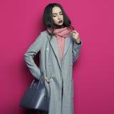 Junge stilvolle Frau im grauen Mantel stockbilder