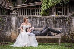 Junge stilvolle Modepaare Asiens, die auf Natur aufwerfen Lizenzfreies Stockfoto