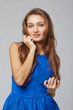 Junge stilvolle nehmen gebräunte weibliche Stellung mit der Hand auf Kinn, an ab stockfotos