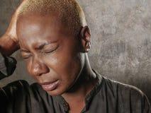 Junge stilvolle traurige und deprimierte afroe-amerikanisch schwarze Frau, die in der Verzweiflung halten Haupt mit den Händen si Stockfotos