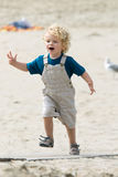 Junge am Strand Lizenzfreie Stockfotos