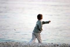 Junge am Strand Stockbild