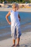 Junge am Strand, der nach links schaut stockfotos