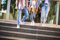 Junge Studenten auf dem Campus Lizenzfreie Stockfotografie
