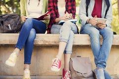 Junge Studenten auf dem Campus Stockbild