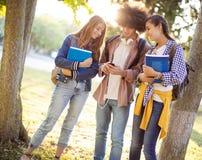 Junge Studenten auf dem Campus Lizenzfreie Stockfotos