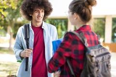 Junge Studenten auf dem Campus Stockbilder