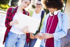 Junge Studenten auf dem Campus Stockfoto