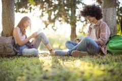 Junge Studenten auf dem Campus Lizenzfreies Stockbild