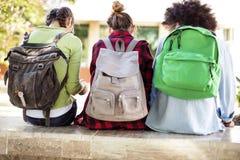Junge Studenten auf dem Campus Lizenzfreie Stockbilder