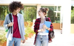 Junge Studenten auf dem Campus Stockfotos