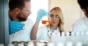 Junge Studenten der Chemie arbeitend im Labor lizenzfreies stockfoto