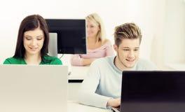 Junge Studenten, die an der Lektion studieren Stockfotos