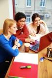 Junge Studenten, die zusammen studieren Lizenzfreie Stockfotos