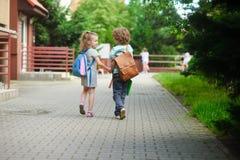 Junge Studenten, Junge und Mädchen, gehend zur Schule Lizenzfreies Stockbild