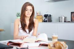 Junge Studentenfrau mit vielen von Buchstudieren Stockbild