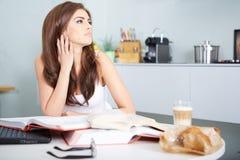 Junge Studentenfrau mit vielen von Buchstudieren Stockfotos