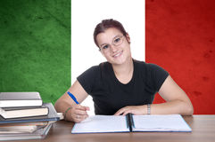 Junge Studentin auf dem Hintergrund mit italienischer Staatsflagge Lizenzfreie Stockbilder