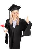 Junge Studentin, die ein Diplom hält und Daumen aufgibt Stockfotografie