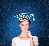 Junge Studentin gegen Wissenschafts-Hintergrund Bildung, Stude Stockbild