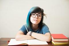 Junge Studentin mit rotem Buch Stockfotografie