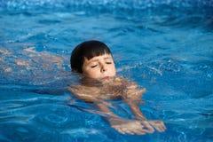 Junge swimm im Pool Lizenzfreies Stockfoto