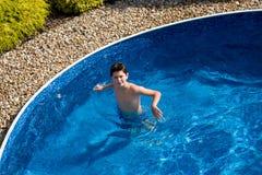 Junge swimm im Pool Lizenzfreie Stockfotos