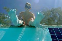 Junge am Swimmingpool lizenzfreie stockfotos