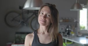 Junge tätowiertes entspanntes sportliches Frauenporträt zu Hause Inländisches Training des Wohnzimmers Video der Zeitlupe 4K stock video footage