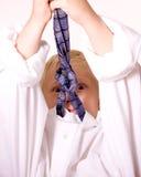 Junge täuscht vor, der Erwachsene zu sein, der mit Krawatte verärgert ist Lizenzfreie Stockfotos